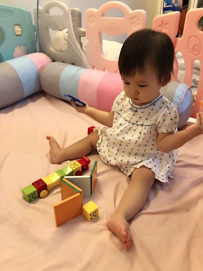 小小愛玩積木。(江宏傑提供)