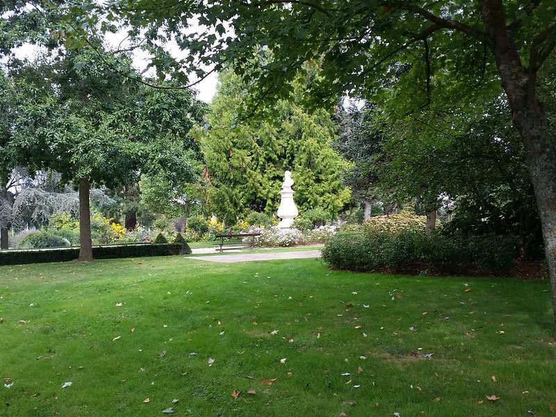 9/22/16 115328 statue in park