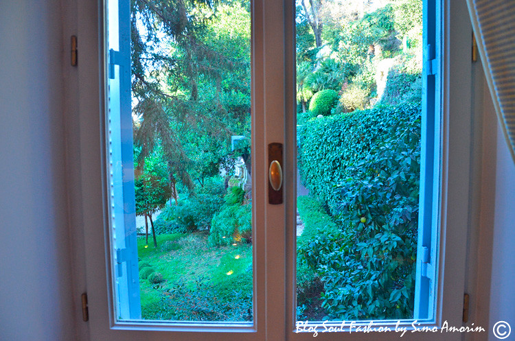 As janelas da suíte nos ofereciam uma vista linda do jardim secreto do Hotel de Russie