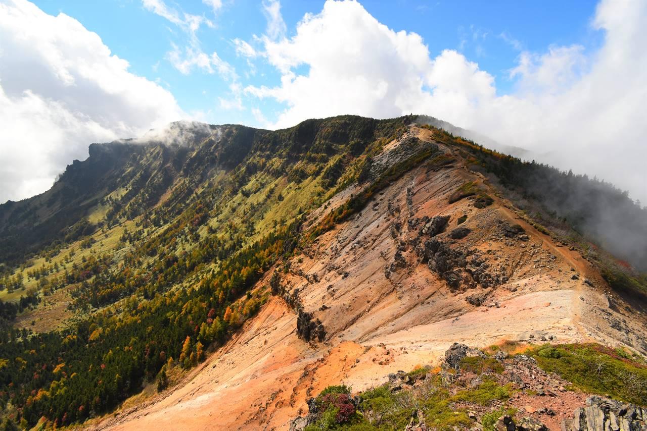 浅間山外輪山の岩壁と稜線