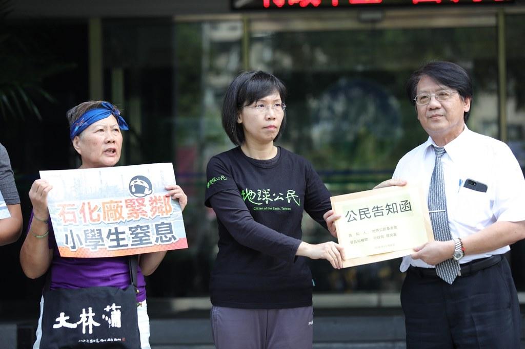 地球公民基金會副執行長王敏玲最後終於遞交公民告知書給蔡鴻德主秘