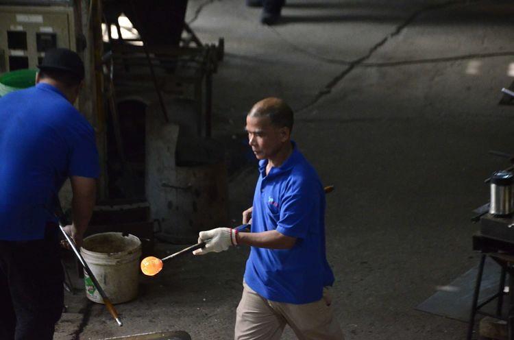 觀光工廠內師傅正在製作玻璃製品。攝影:陳宣竹