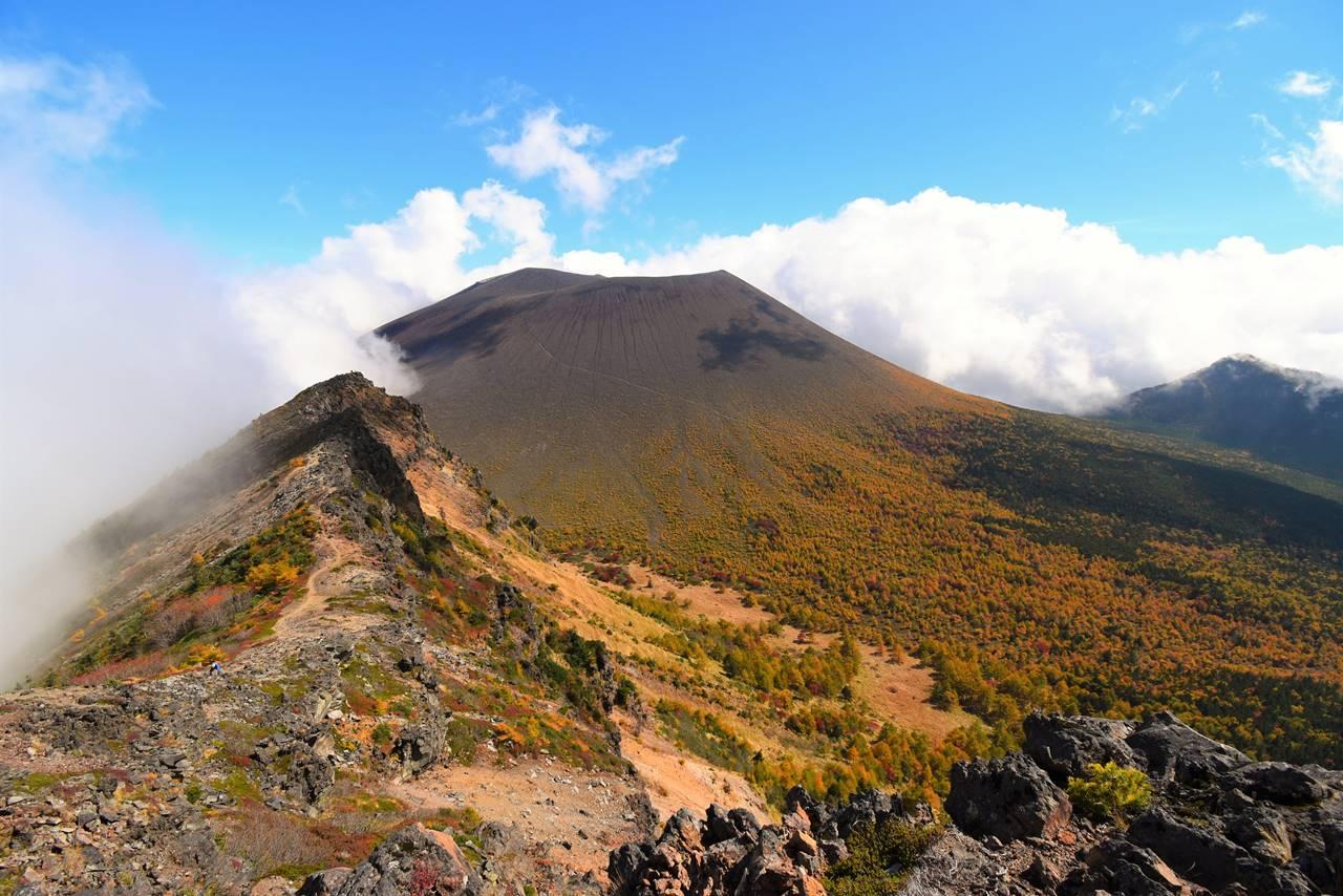 外輪山から眺める紅葉の浅間山(前掛山)