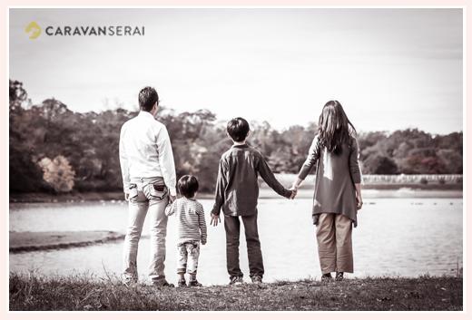 家族写真 湖を見つめる親子