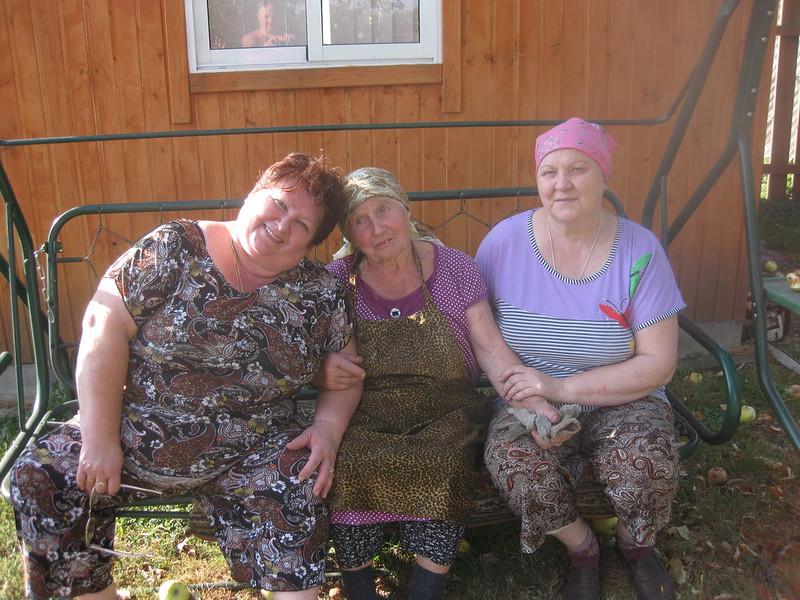 Максимова Надежда Петровна с дочерью Людмилой и с соседкой Копыловой Любовь Семёновной