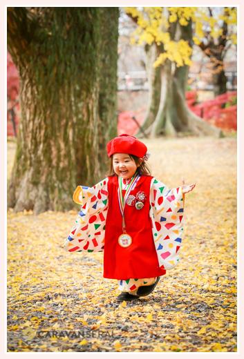 七五三 数えで3歳の女の子 いちょうの落ち葉で遊ぶ