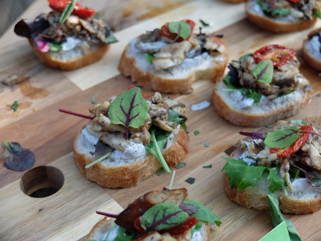 高雄餐旅大學發揮創意,用煙燻虱目魚配上法國麵包,再搭配食茱萸籽優格抹醬,讓在地食材孕生新風味。攝影:林睿妤。