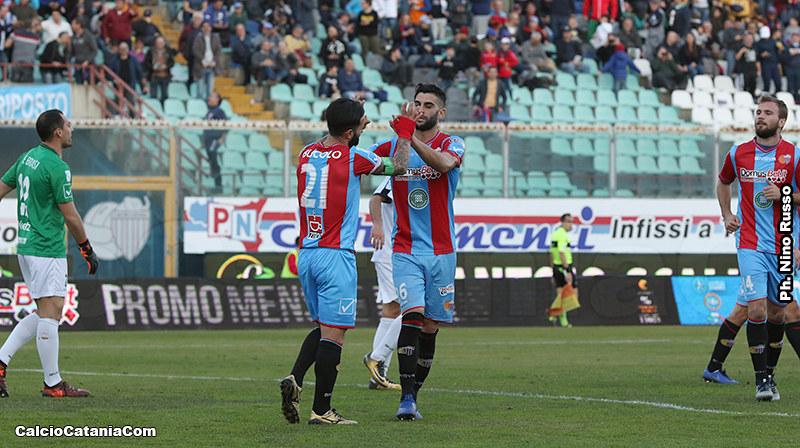 Calapai e Bucolo festeggiano dopo il quinto gol