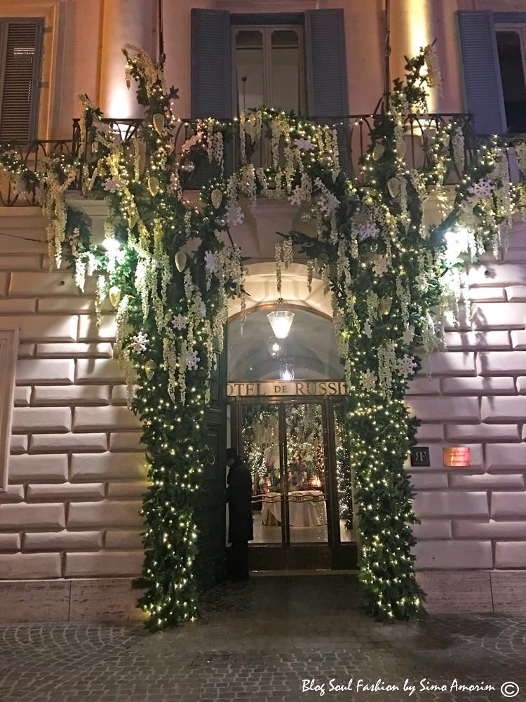 Assim como a decoração da entrada do Hotel de Russie é também obra do Sebastian F