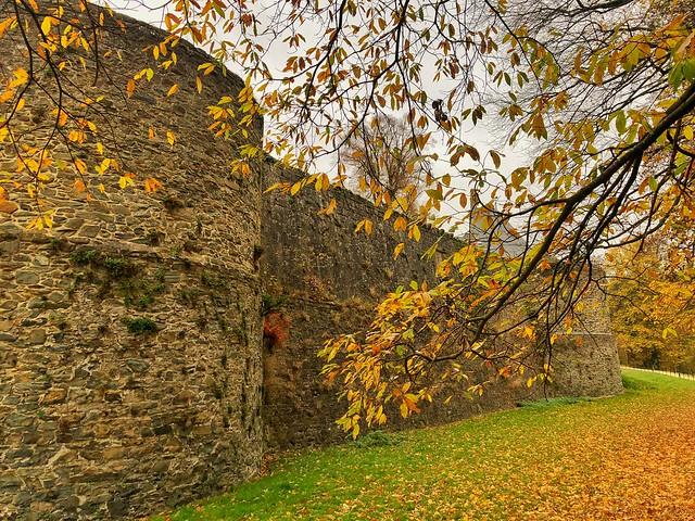 Muralla exterior del castillo de Gaasbeek (Brabante Flamenco, Flandes)