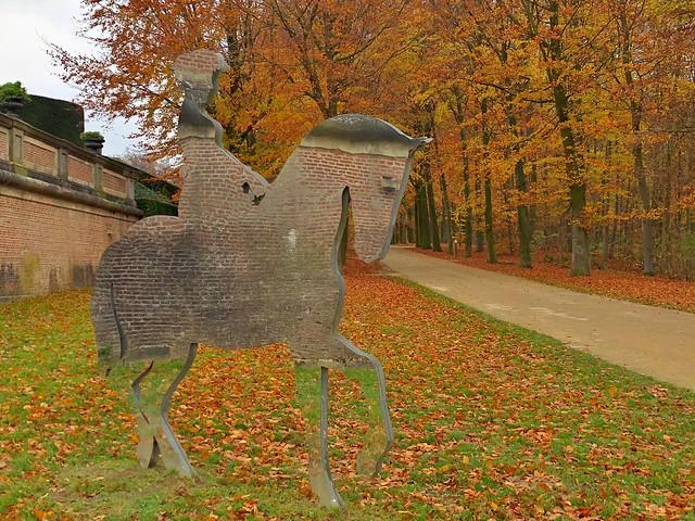 Estatua en espejo a la entrada al castillo de Gaasbeek en el Brabante Flamenco (Flandes, Bélgica)