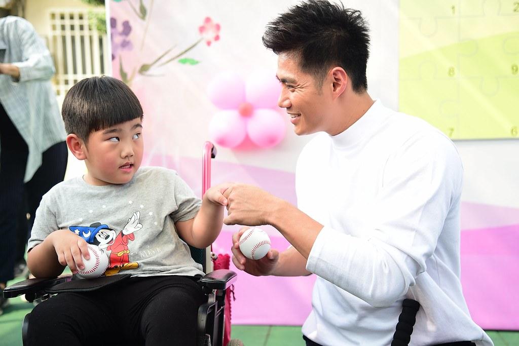 陳偉殷與身心障礙朋友互動。(主辦單位提供)