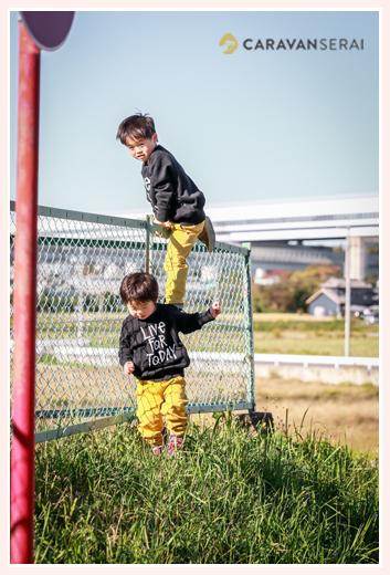 公園で遊ぶ男の子兄弟