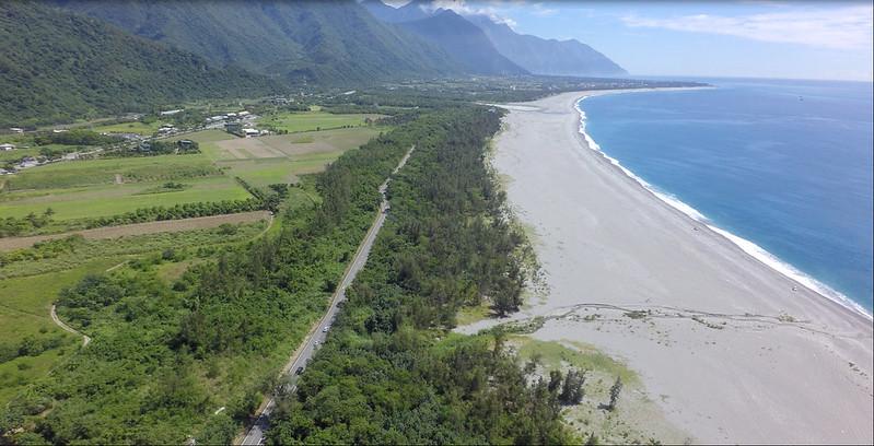 從空拍圖可見七星潭與2618保安林的依附關係。圖片來源:花蓮林區管理處