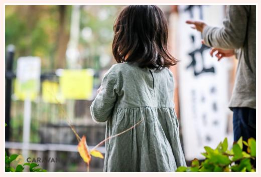 子どもの後ろ姿 神社の境内