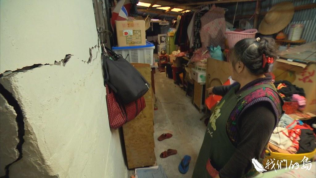 2012年新佳陽部落居民控訴房屋龜裂。