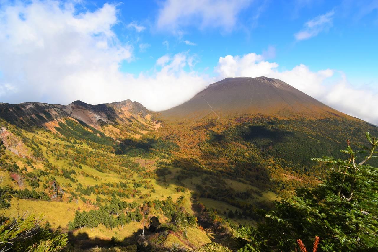 黒姫山から眺める浅間山と外輪山の稜線