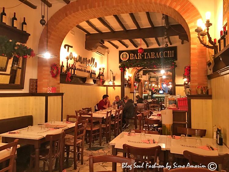 Olha que lindo dentro da Locanda Tonarello. O restaurante é enorme e tem lugares dentro e fora. Conheços por acaso passando na frente do mesmo e adoramos.