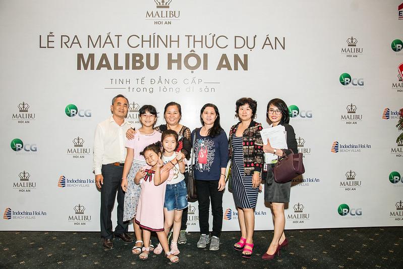 chụp ảnh lưu niệm cùng khách tham quan Malibu Hội An
