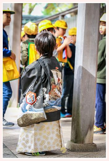 七五三 神社に見学に来た小学生を見つめる男の子
