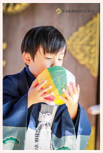 七五三 紙風船で遊ぶ5歳の男の子