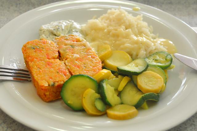 Vegetarisch: Couscous-Schnitten mit Paparika und Curry, Basmatireis, Zitronensauce, Zucchinigemüse, Minzdip ... Foto: Brigitte Stolle