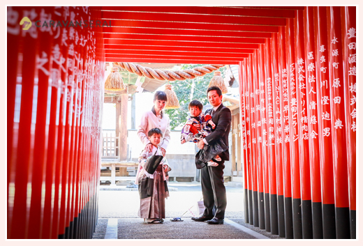 挙母神社(愛知県豊田市)で男の子兄弟の七五三 赤い鳥居
