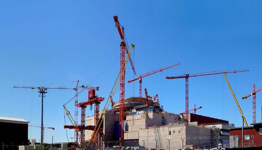 芬蘭奧爾基洛托島(Olkiluoto)核電廠尚未完工的第三座反應爐。圖片來源:維基百科。