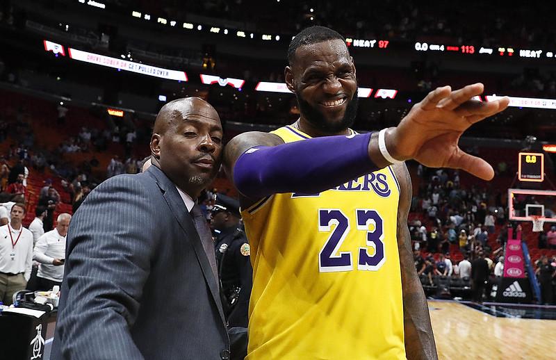 LeBron James回到邁阿密向球迷揮手致意。(達志影像)