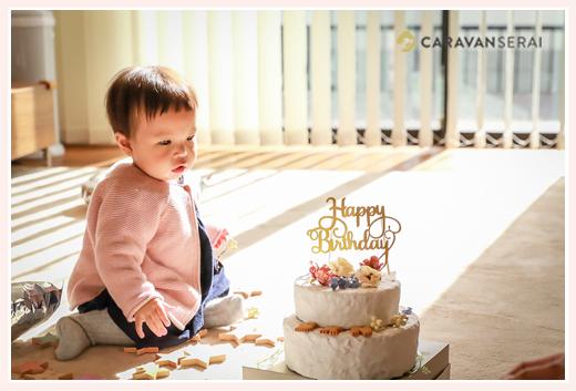 粘土製バースデーケーキを見る女の子赤ちゃん