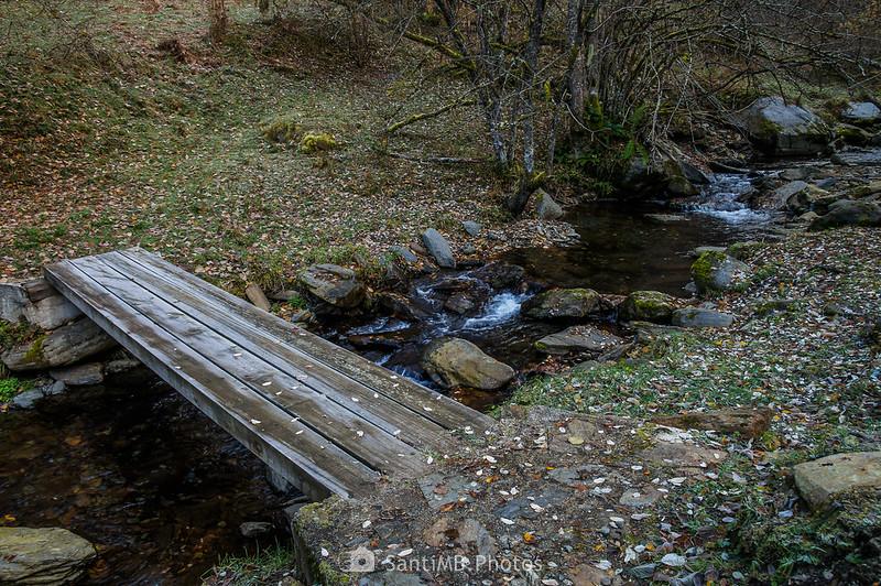 Pasarela de madera que cruza el río de Torán