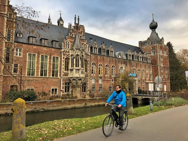 Sele montando en bicicleta en el castillo Arenberg de Lovaina (Flandes, Bélgica)