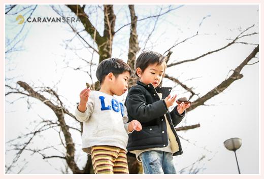 川原で遊ぶ男の子兄弟