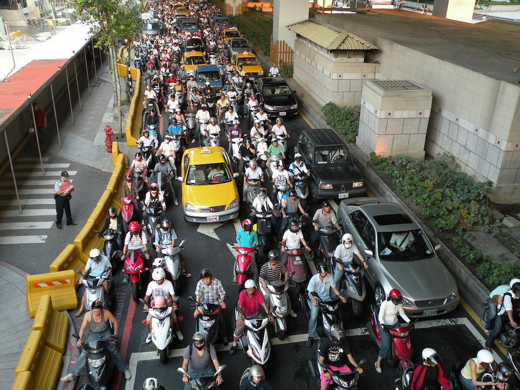 作為機車密度世界第一的台灣若單把資源投注在「補助個人購買電動機車」可能無法達成綠色運輸的願景