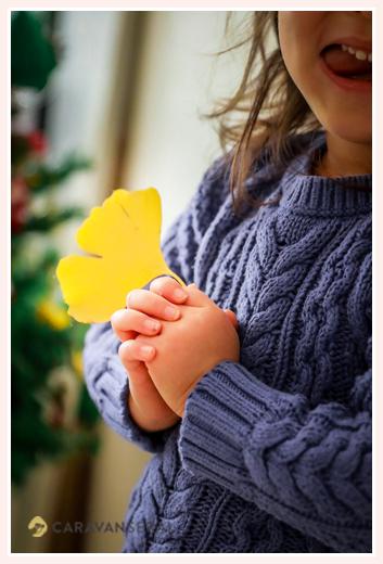 イチョウの葉を持つ女の子の手元写真