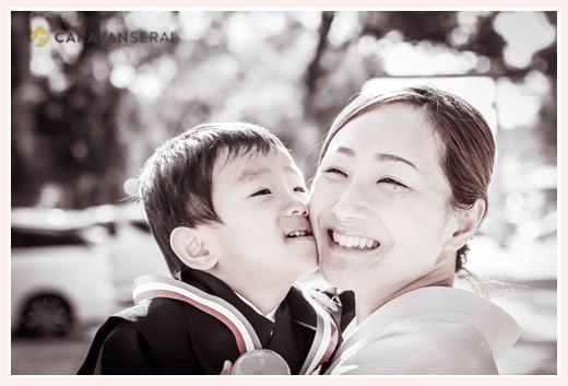 七五三 3歳の男の子 がママにキス