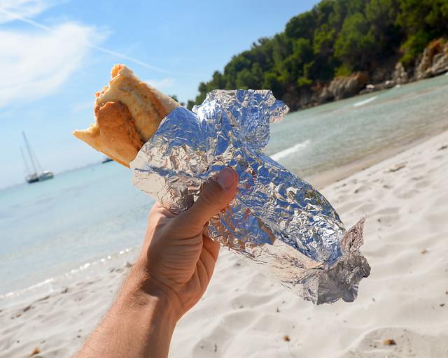 Bocadillo en las calas de Menorca