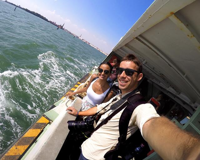 En la barandilla del ferry a Lido desde Venecia