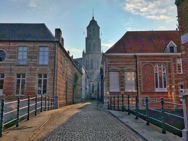 Puente de Aragón y la iglesia de San Gumaro en Lier (Flandes)