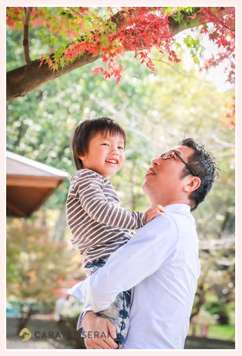 紅葉の季節 男の子を抱くパパ もみじ 森林公園(愛知県尾張旭市)
