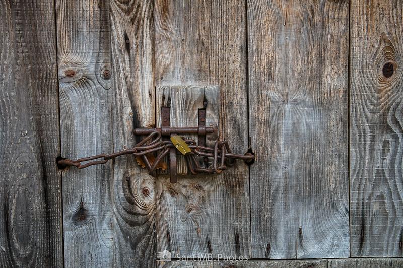 Puerta cerrada con candado en Eth Pradet