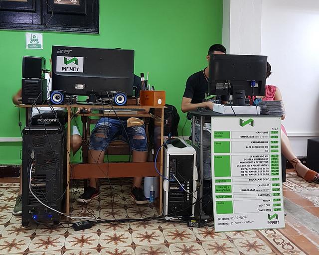 Descagando películas y series en el Infinity de La Habana