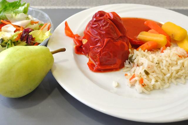 Vegetarisch: Mit einer Couscous-Masse gefüllte Paprikaschote, Gemüsereis und Karotten ... Foto: Brigitte Stolle