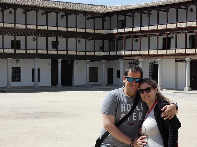 Sele y Rebeca en la Plaza Mayor de Tembleque (Toledo)