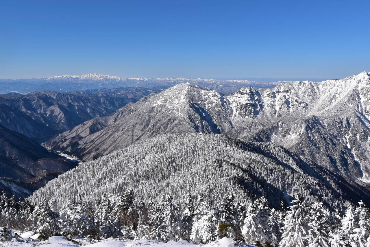西穂高岳から眺める雪の白山