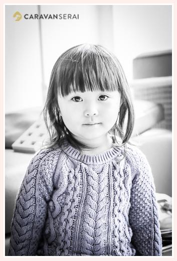 ご自宅で家族写真の出張撮影 冬 3歳の女の子 セーター