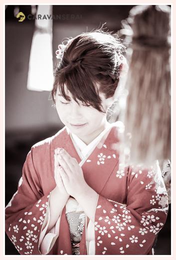 自宅で成人式の前撮り写真 神社で祈る姿 モノクロ