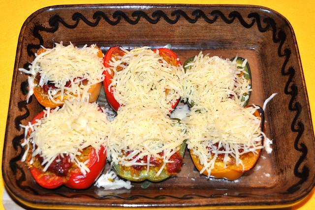 Vegetarisch und fleischlos glücklich: Gefüllte bunte Paprikaschoten, mit Käse überbacken, auf einem Tomatensugo-Spiegel ... Fotos: Brigitte Stolle