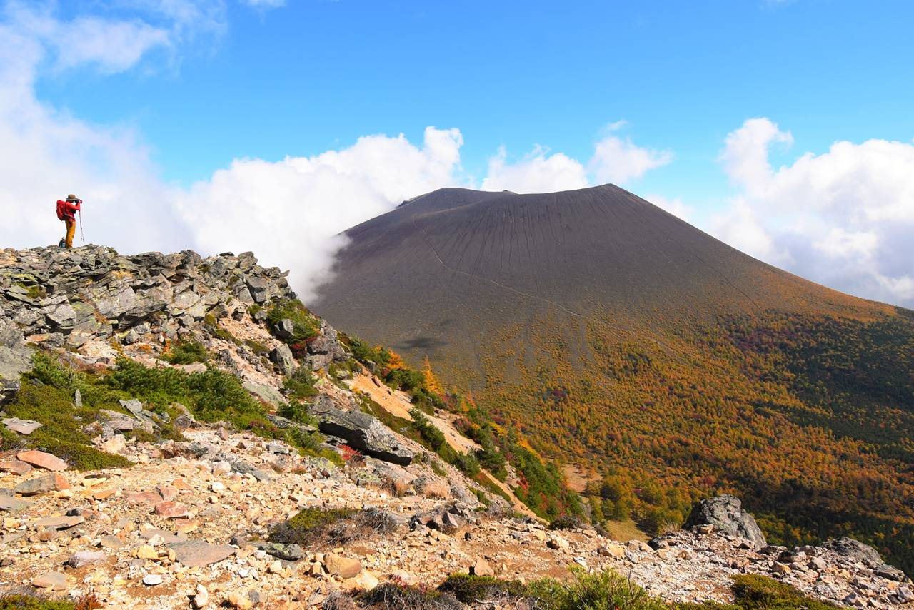 蛇骨岳から眺める浅間山と紅葉