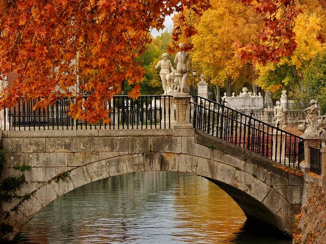Puente que une el Palacio Real con el Jardín de la Isla de Aranjuez (Colores del otoño)